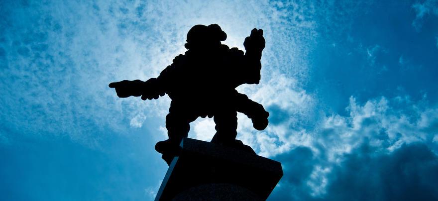 Seur du Luth statue