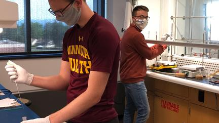 Students working in chem lab